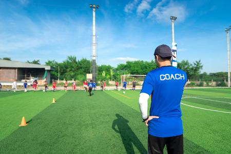 Wazig beeld van Coach is coaching Kinderen Opleiding In Voetbal Team Stockfoto