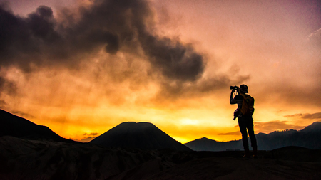 Photographer taking photos on beautiful moment mountains at Sunset Zdjęcie Seryjne