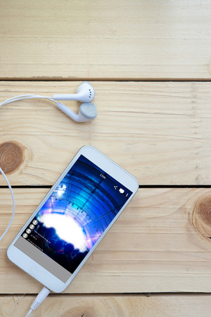 smart phones with ear phone Live streaming video concert music festival on internet to social media comment chat to Friend Standard-Bild