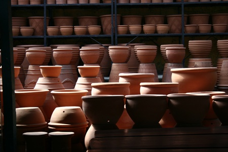 ollas de barro: Una foto de un mont�n de ollas de barro reci�n horneados Foto de archivo