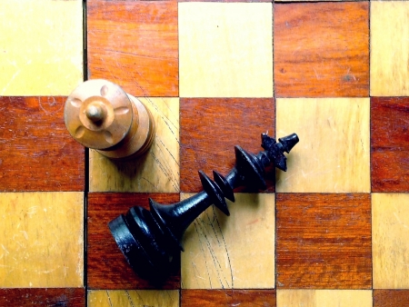 concede: chess board with king and queen