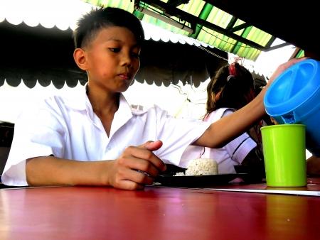 comedor escolar: Estudiante de almorzar en el comedor de la escuela