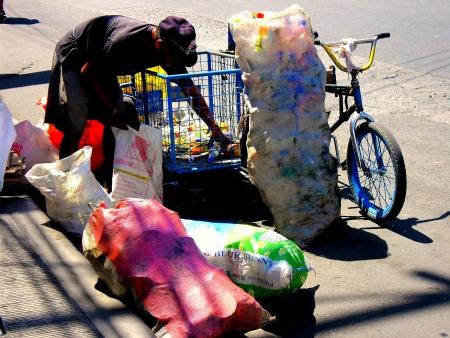 gathers: spazzino raccoglie elementi riciclabili