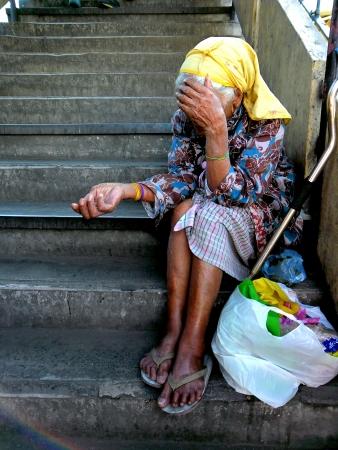 limosna: Vieja mujer asi�tica pidiendo limosna