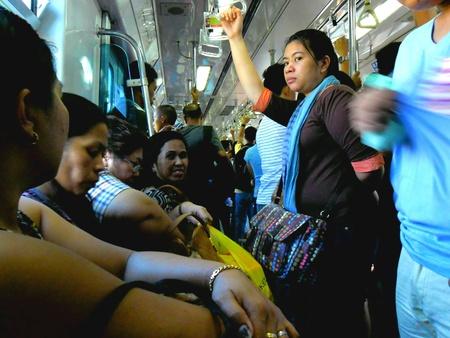 Passagiers of pendelaars in de LRT of MRT in Manila in azië