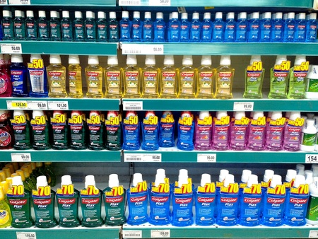 mouthwash: Enjuague bucal en un supermercado