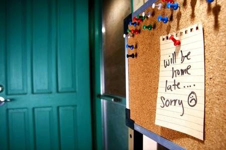 llegar tarde: Mensaje o tablón de anuncios con la llamada estarán a casa tarde nota lo siento