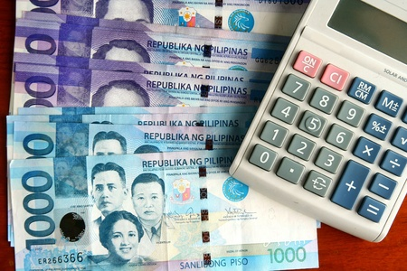 cash money: Dinero en efectivo y una calculadora Foto de archivo