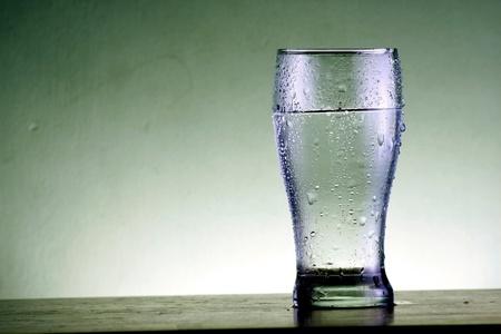 Kaltes Glas Wasser