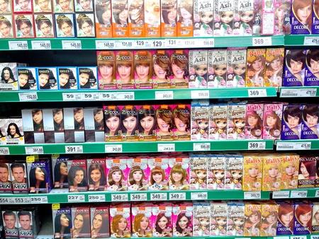 tinte de cabello: Tintes de pelo que se venden en una tienda de comestibles