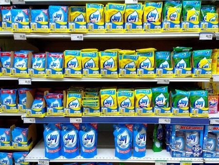 lavar platos: Productos para el lavavajillas que se venden en una tienda de comestibles Foto de archivo