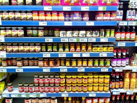 식료품 점에서 판매되는 생된 조미료 및 식품 향료 제품