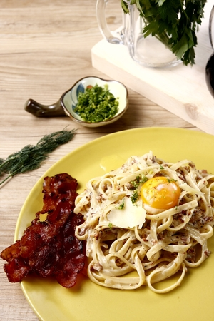linguine pasta: Linguine pasta on white sauce with egg and bacon