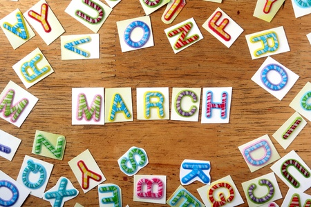 calendario escolar: Cartas coloridas azar y la palabra marcha