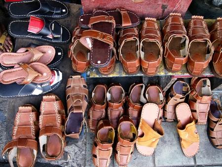 sandalias: Zapatillas de cuero y sandalias