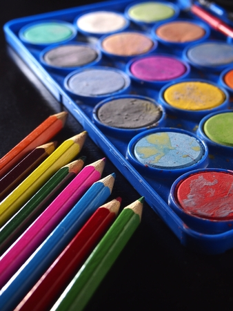 pallette: Pallette des aquarelles et des crayons de couleur Banque d'images
