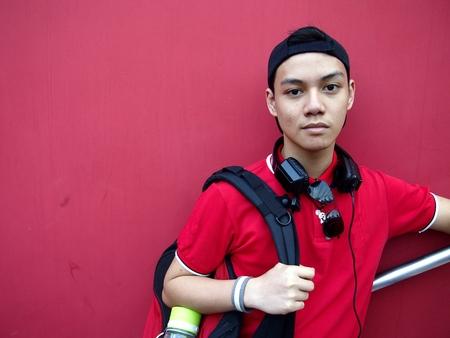 Portret van een tiener met een pet op en oortelefoons Stockfoto