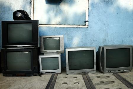 Foto de televisión vieja y usada en exhibición en un taller de reparación Foto de archivo