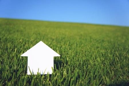 空の下で紙の家