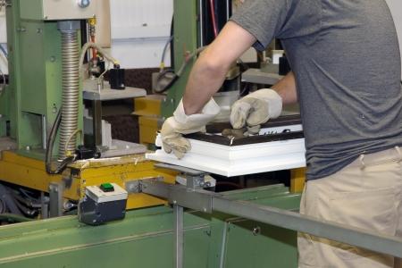 manufactura: Trabajador produce una ventana de pl�stico. Foto de archivo