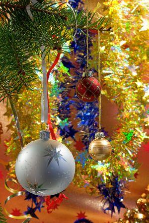 Decoraciones de Navidad de bolas, cintas y guirnaldas.  Foto de archivo - 5819251