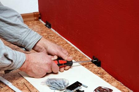 skirting: Assembly of wall clips for skirting board