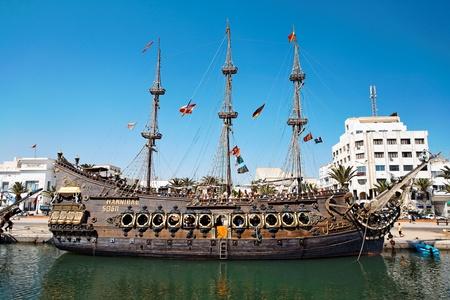 mujer pirata: Sousse, Túnez - 29 de agosto: Velero con pasajeros a bordo listo para navegar el 29 de agosto de 2010 en Sousse, Túnez. Sousse es un popular destino turístico en Túnez
