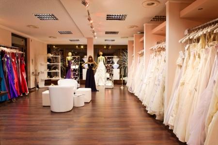 beauty shop: Maniqu�es en trajes de novia y de noche en la tienda de novias.