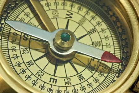 reloj de sol: Parte de la antigua brújula de bronce. Foto de archivo