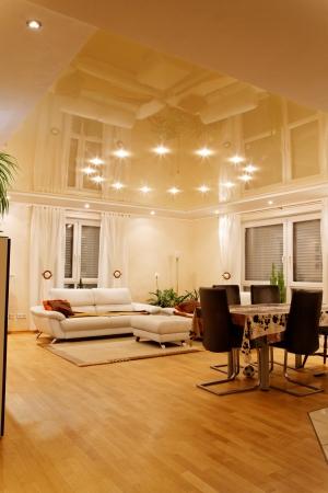 iluminacion: Sala de estar con iluminación halógena en la noche. Foto de archivo