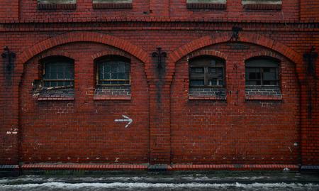 창문이있는 큰 오래 된 벽돌 벽 BW