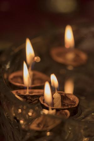 촛불로 껍질 배를 실행