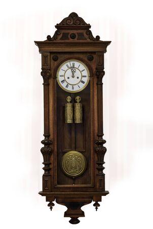 Zegar dziadka w drewnianej obudowie, europa, na białym tle