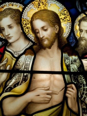 Gekleurd glas in de katholieke kerk in Dublin blijkt verrezen Jezus Stockfoto