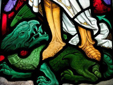 Vidrieras de la Iglesia Católica que muestra la victoria sobre el Demonio Las vidrieras son, por el famoso artista, William Temprana, que murió durante la comisión Foto de archivo - 2530071