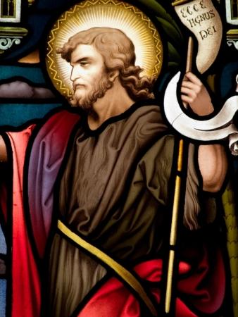 Gekleurd glas in de katholieke kerk in Dublin met een John the Baptist De glas-in-lood ramen zijn door de beroemde kunstenaar, William Early, die stierf tijdens de commissie Stockfoto