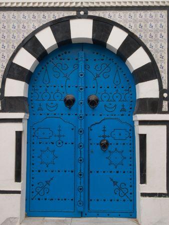 Traditionele Tunesische Deur in de medina van Sidi Bu Said Stockfoto