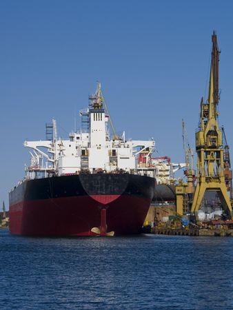 chantier naval: Un ancien navire dans un chantier naval de r�paration