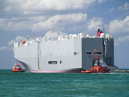Enorme schip in een haven  Stockfoto