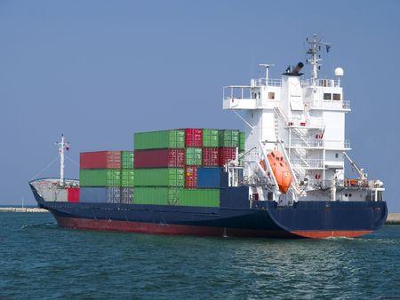 Enorme container vrachtschip post voor haven