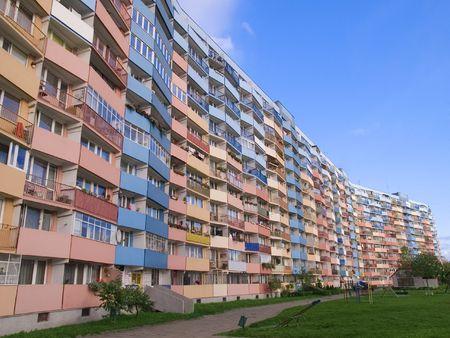 Een hoog moderne met meerdere artikelen apartment-blok
