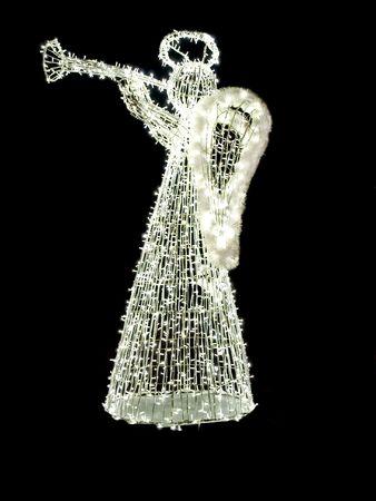 Een verlichte engel met een trompet op een zwarte achtergrond