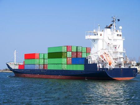 Enorme container vracht schip naar de haven