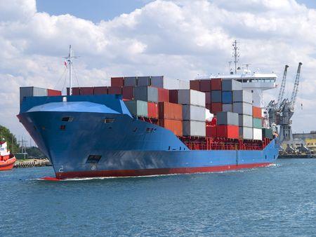 Enorme container vracht schip rubriek voor poort  Stockfoto