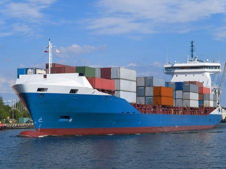 Gestapelde kleurrijke containers op het dek van een schip