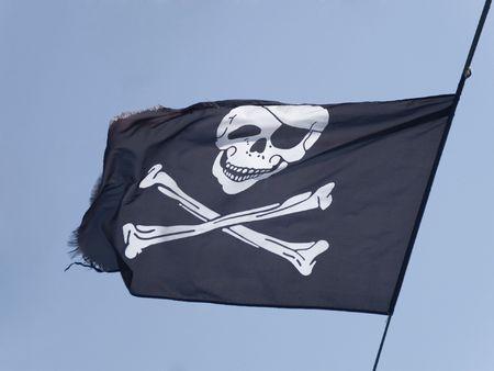 Piraat vlaggen vliegen op een blauwe hemel  Stockfoto