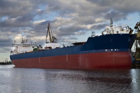 Enorme container vrachtschip wordt gelost Stockfoto