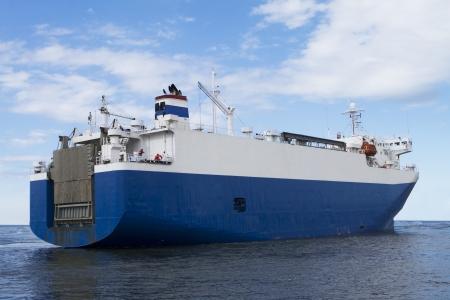 Een enorme auto carrier op weg naar een haven Stockfoto