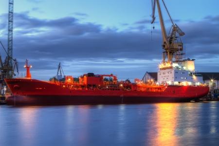 Een verlichte schip in een scheepswerf