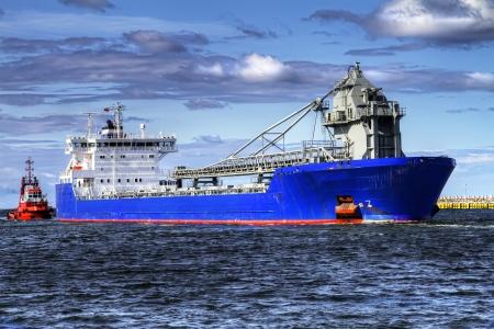 Een enorme schip kop voor een poort